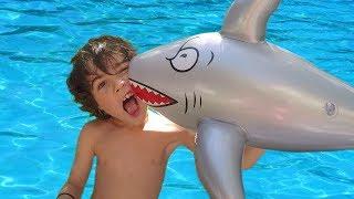 Video PÊCHE dans la PISCINE et ATTAQUE de REQUINS -  Trop fun pour les enfants 😅 Démo Jouets MP3, 3GP, MP4, WEBM, AVI, FLV Juli 2017
