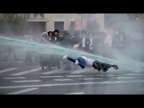 При разгоне протестов в Израиле женщину случайно сбили струёй воды