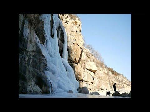 China: Wasserfall am Heiligen Berg Tai Shan eingefror ...