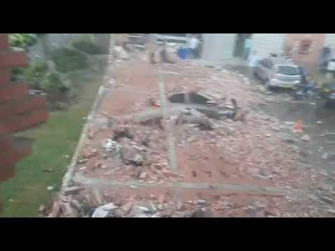 Cayómuro por intensa lluvia en Medellín