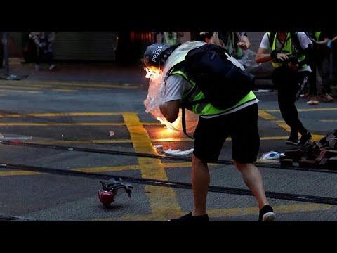 Χονγκ Κονγκ: Δημοισογράφος πήρε φωτιά από μολότοφ