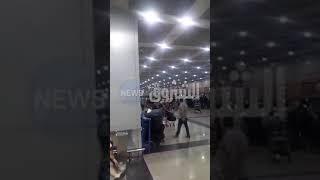تتواصل الرسائل والصور والفيديوهات من مطار القاهرة تعبيرا على استياء المناصرين وظروفهم السيئة هناك