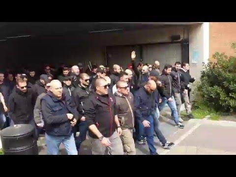 Ultras rossoneri arrivo alla stazione di Bergamo