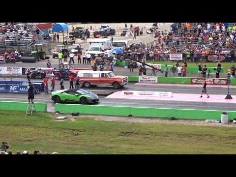 一輛農場貨車突然出現在賽道上挑戰王者藍寶基尼,誰知道下一秒卻讓現場觀眾連眼珠都差點跳出來!
