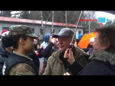 Jizda dragounů -Pardubice - sympatická vojenská policistka US army při rozhovoru