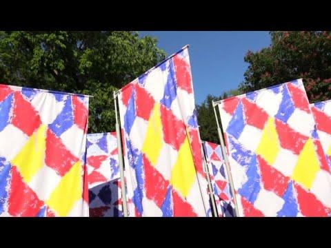 Biennale d'arte, le bandiere di Joe Tilson presentate da Swatch видео