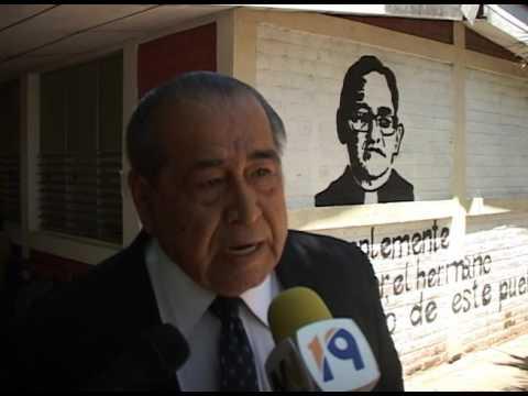 Universidad Monseñor Romero entregó reconocimiento a periodista Ernesto López
