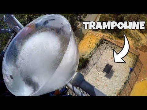 Miehet tiputtavat jäälohkareen 45 metristä trampoliinille – Katso kuinka käy!