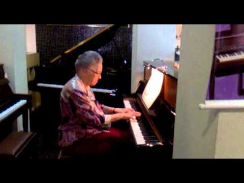 Irmã Ana Spina tocando piano