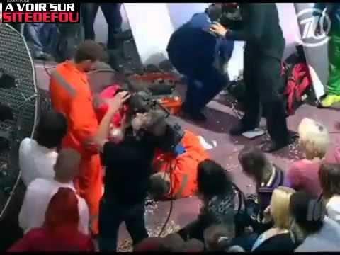 Chute violente en direct lors d'une émission télévisée ! :O