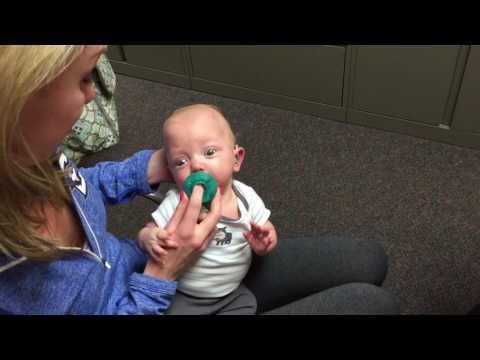 El increíble momento en el que un bebé escucha por primera vez