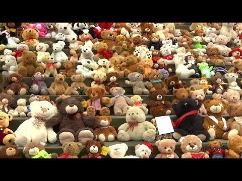 العرب اليوم - شاهد: مئات الدمى في برلين للتنديد بما يجري في سورية