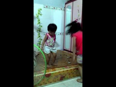 Hot Girl 10 tuổi nhảy bốc lửa trong đám cưới chị gái