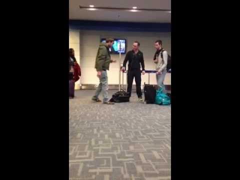 En onykter stackars grabb på flygplatsen