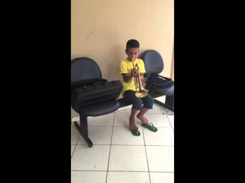 Aluno do Projeto Orquestra em Açao  tocando Trompete
