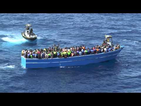 Visa film Sjöräddning av migranter i träbåt 150826 2 (HD)