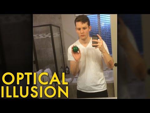 他和鏡中的自己玩接球遊戲竟然創造出平行時空,看到這超不可思議的神奇場景腦袋都要打結了!