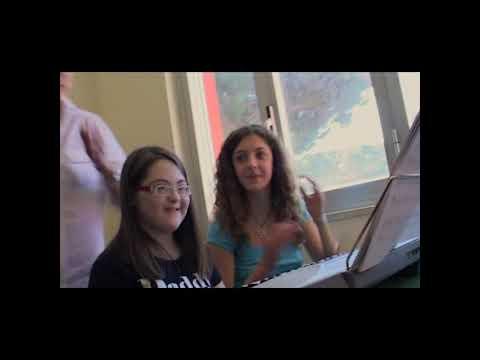 Watch videoAlice a scuola con le sue amiche