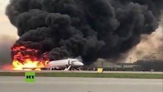 Las llamas consumen al avión accidentado en Moscú mientras los pasajeros son evacuados