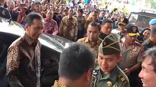 Video Lihat Kesigapan Paspampres Saat Warga Ingin Rangkul Presiden Jokowi MP3, 3GP, MP4, WEBM, AVI, FLV Oktober 2018