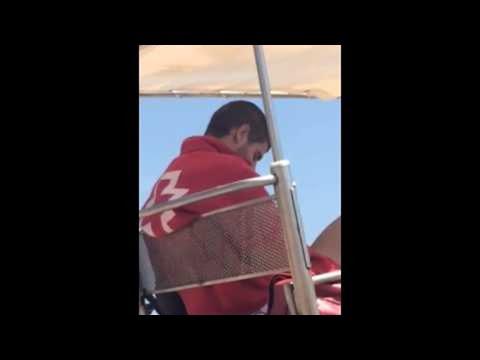 bagnino spagnolo a barcellona: ecco cosa combina in spiaggia