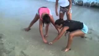 Unas Chicas Enseñando Los Pechos En La Playa