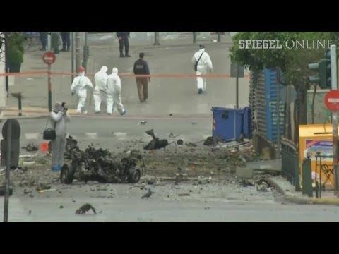 Autobombe - Im Zentrum Athens hat es eine heftige Detonation gegeben. Nahe der Notenbank explodierte eine Autobombe - kurz vor dem Besuch von Angela Merkel in Griechenland.