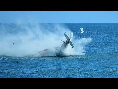 Caccia italiano cade in mare durante un' esibizione a Terracina, Latina 24 settembre 2017