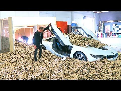 男子故意騙好友坐新車享受 下一秒卻將車開去撞倉庫