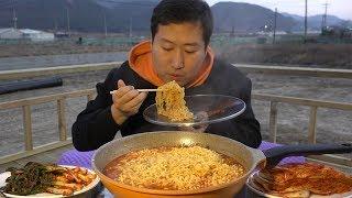 Video 야외에서 먹는 얼큰한 [[열라면(hot spicy instant noodles)]] 먹방!! - Mukbang eating show MP3, 3GP, MP4, WEBM, AVI, FLV Maret 2019