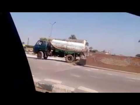 شاهد بالفيديو .. سيارة الكسح تلقي حمولتها بترعة الجيزاوية بالبدرشين في وضح النهار