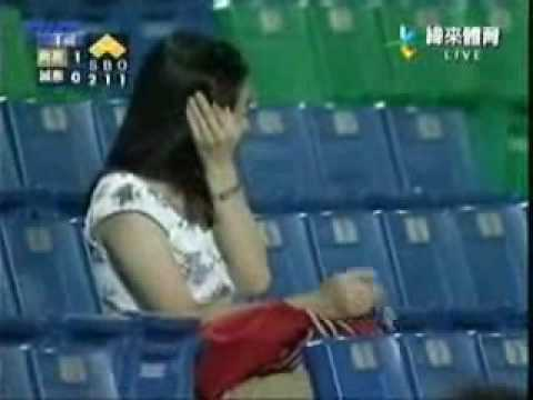 女球迷被界外球爆頭...感覺上打的不輕~