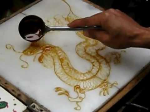 超強達人!用融化的糖漿加上很普通的湯匙,竟然可以畫出一條龍!?(從0:50開始)