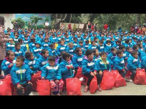 Dạy các con hát tại trường tiểu học Huổi Lèng, Mường Chà, Điện Biên