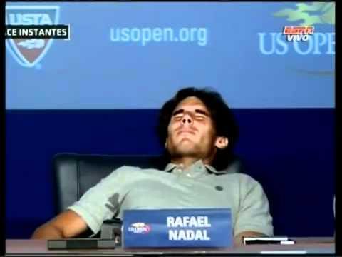 Rafa nadal sufriendo calambres en la rueda de prensa