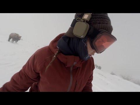 她戴著耳機聽歌滑雪時沒聽到恐怖的聲音,當大家看到她背後的畫面都嚇到冒冷汗了!