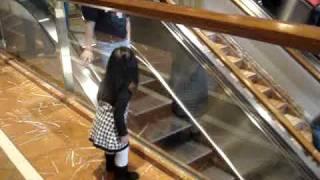 Grzeczna dziewczynka w centrum handlowym. Potrafi sprawić, że każdy się uśmiecha