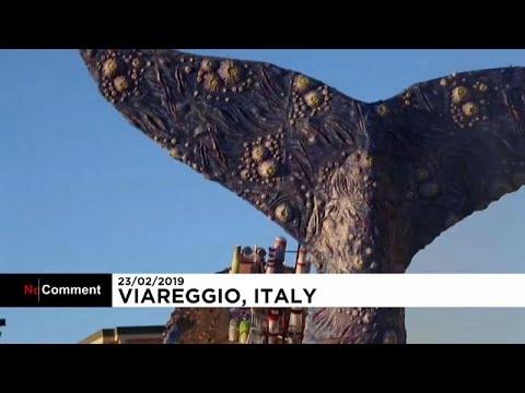 Μια γιγαντιαία φάλαινα στο καρναβάλι του Βιαρέτζιο