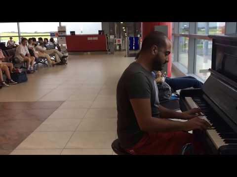 這位音樂家「連續12天沒彈到鋼琴」忍不住就在機場表演,結果音樂聲一出來現場的人都「又嚇到、又噴淚」!
