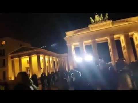 Демонстранты в Берлине у Бранденбургских ворот