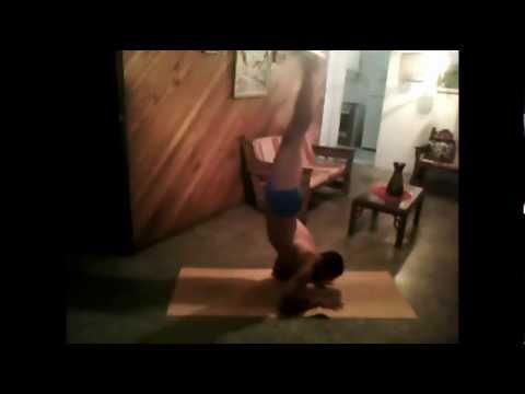 practicando un poco de ashtanga yoga. pincha mayurasana karandavasana en español