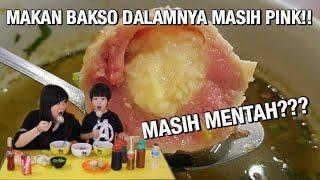 Download Video MAKAN BAKSO ATOM,DAGING NYA MASIH PINK,MENTAH GITU?? MP3 3GP MP4