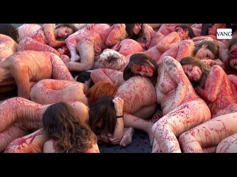 Desnudos Y Ensagrentados Para Protestar Contra El Uso De Pieles