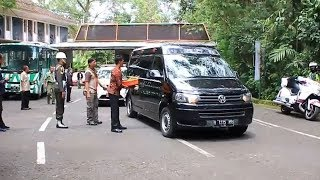 Video Boyong Anak dan Cucu ke Taman Safari, Presiden Jokowi Berikan Wortel ke Hewan MP3, 3GP, MP4, WEBM, AVI, FLV Februari 2019