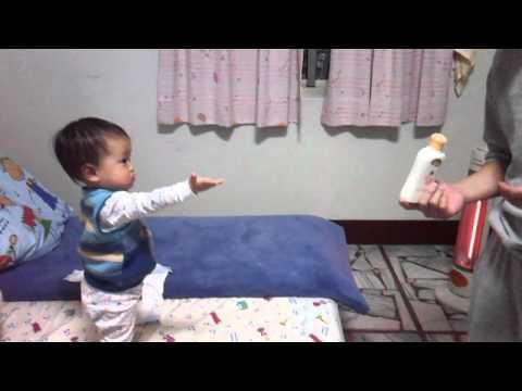 非常堅持的一歲小孩!不論爸爸怎麼說,就是不肯讓步!