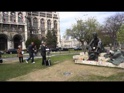A költészet napján József Attila szobránál