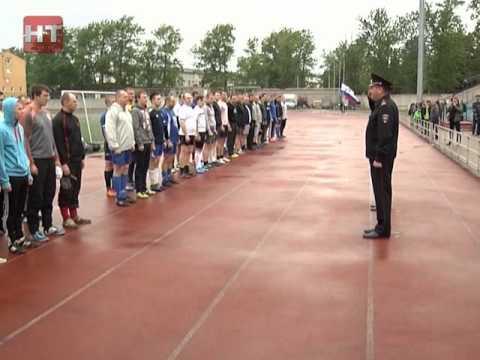 На поле стадиона «Волна» вышли восемь команд из различных городских подразделений полиции