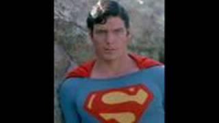 O Anti-herói-De Super-homem passando por Batman chegando em Júlia.