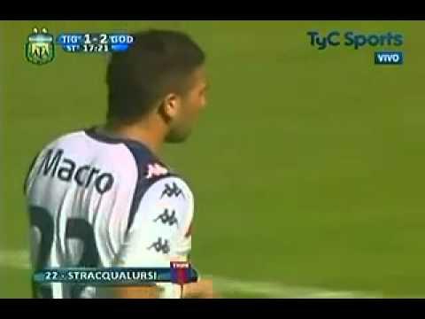 Denis Stracqualursi le marca a Godoy Cruz