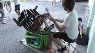 IMPRESIONANTE  Hombre hace música electrónica con tubos.